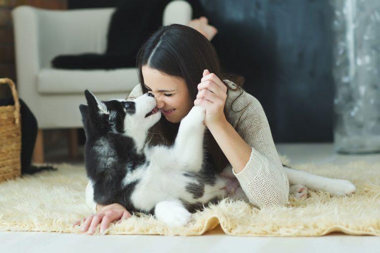 Frau mit Hund kuschelnd