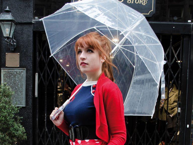 Verwandlung im roten Kleid