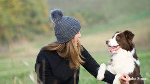 Freundschaft zwischen Frauchen und Hund